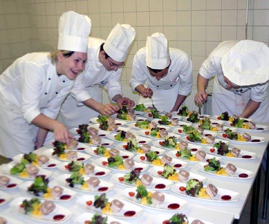 BIC.at - Gastronomiefachmann/-frau (Lehrberuf)   {Köchin bei der arbeit 84}